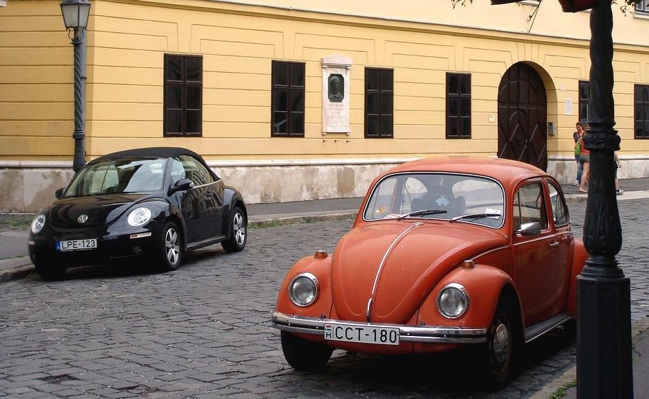 תמונה של מכוניות חיפושית - ישנה וחדשה, זאת ליד זאת