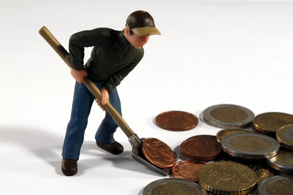 אדם חופר עם את חפירה ומוציא מטבעות
