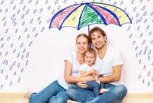 זוג יושב תחת מטריה
