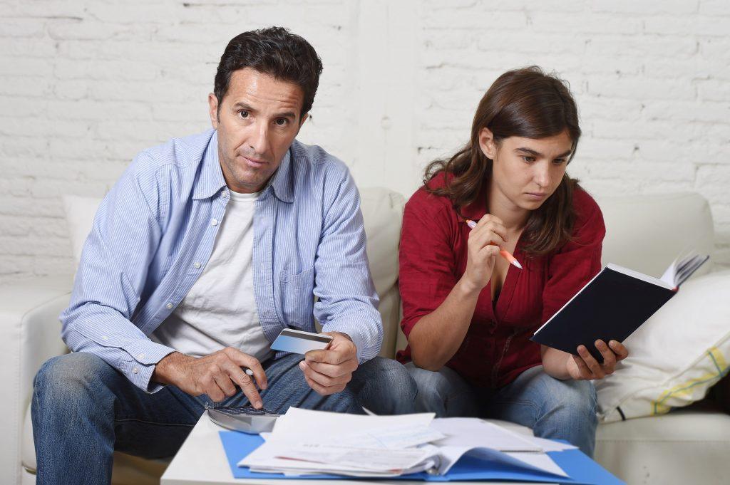זוג צעיר יושב ועובר על חשבונות